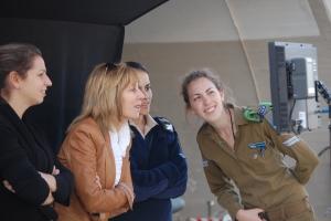 Nancy_Spielberg_and_soldiers_m.jpg