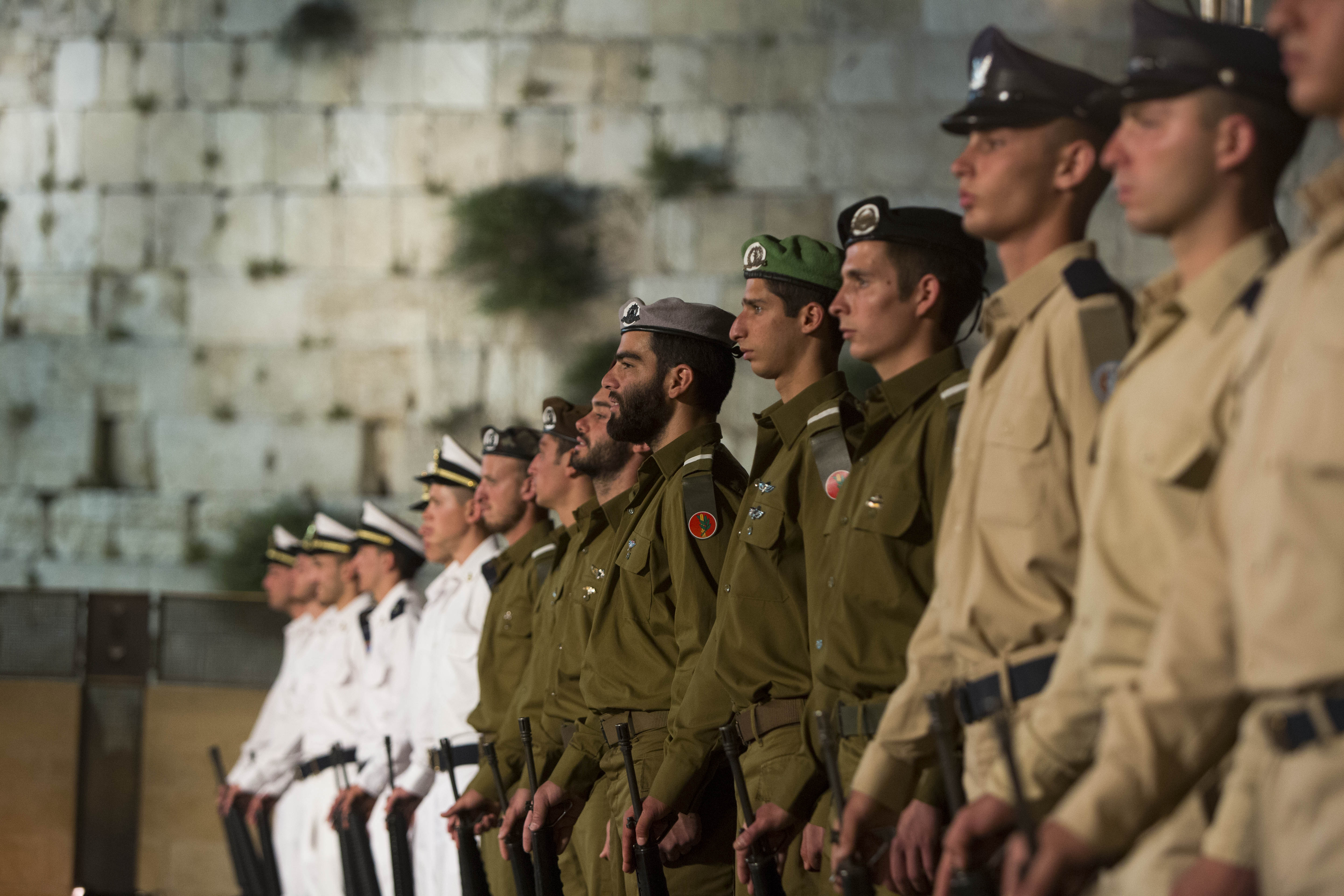 Israeli soldiers at the western wall on yom hazikaron or remembrance day