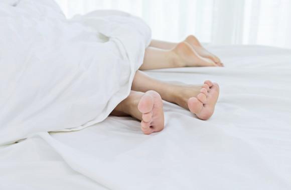 Feet-in-bed-580x380.jpg