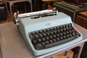 A typewriter with Hebrew letters