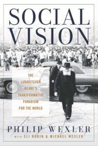 L'art de couverture de Social Vision, qui comprend une image du rabbin Menachem Mendel Schneerson marchant avec une voiture et une foule de gens derrière lui