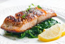 grilled salmon with spinach and two slices of lemon