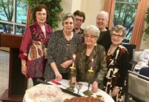 Sylvia Ziserman, Phyllis Halpern, Barbara Steiner, Ruth Lowenthal, Mimi Travis and Ellen Newman with a challah